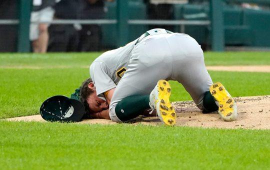 El diestro Chris Bassitt debió abandonar el duelo en el segundo inning