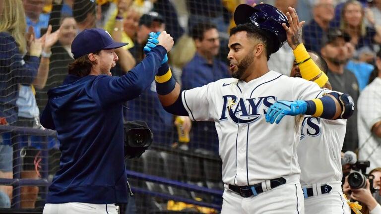 El poder latino: Nelson Cruz, de los Rays de Tampa Bay, celebra su cuadrangular conectado en el tercer inning del juego entre los Rays de Tampa Bay y los Medias Rojas de Boston. Serie Divisional 2021. 7 de octubre de 2021. Foto: Julio Aguilar - Getty Images.