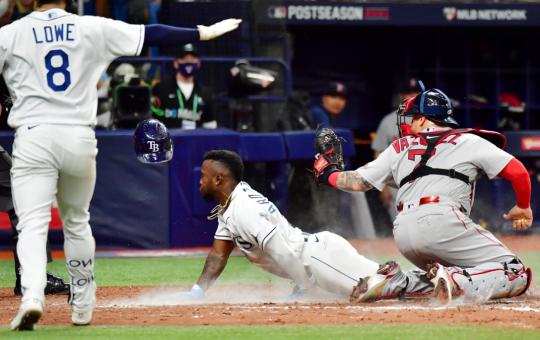 Tampa Bay - Randy Arozarena deslizándose en su robo del home plate en el séptimo inning del primer juego de la Serie Divisional ante los Medias Rojas de Boston. Crédito: Julio Aguilar - Getty Images.