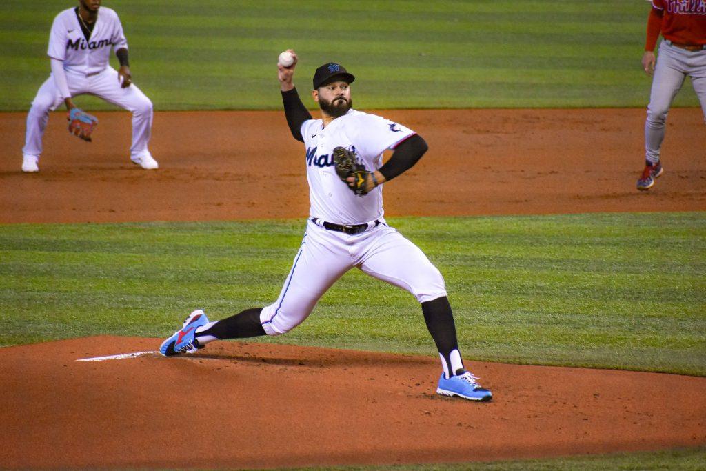 Pablo López, de los Marlins de Miami, lanzando ante los Phillies de Philadelphia en el último día de la temporada regular. 10 de octubre de 2021. Foto: Francis Diamond - El Extrabase.